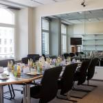 Gruppendiskussionsraum mit Einwegspiegel im Teststudio Frankfurt