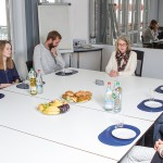Gemeinsame Diskussion im Gruppenraum in München